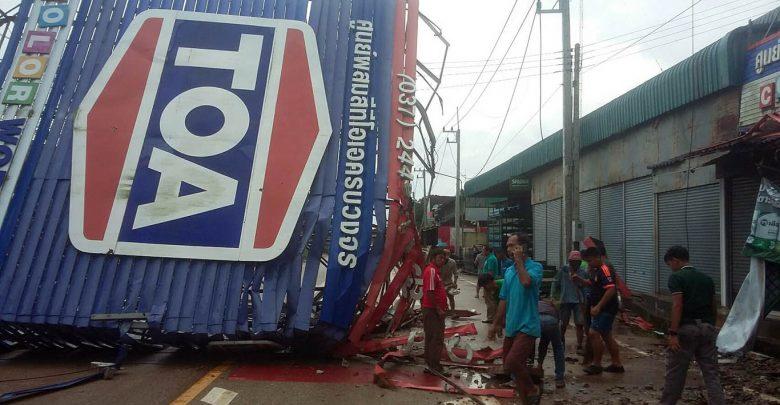 ฝนหนักป้ายโฆษณาล้มขวางถนนตลาดบ้านแก้ง ไฟดับทั่วพื้นที่ สระแก้ว อาสาไทยยืนยัน Thai Reference